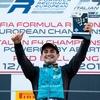 Logo Charlamos con Giorgio Carrara quien se llevó su primera victoria en la F4 Italiana .