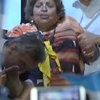 Logo Esplendi2 y la noticia espléndida: Mauricio Macri besó en el pie a una mujer en un acto de campaña