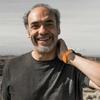 """Logo """"Sin brújula, pero con radio"""", columna de astronomía a cargo de Guillermo Goldes en @tornilloarqui"""