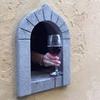 Logo Ventanas de vino: reaparece un método medieval para la venta de bebidas con alcohol