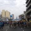 Logo #Liniers: Testimonio de mujeres que salen de sus edificios para apoyar la marcha de San Cayetano