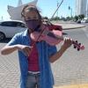 Logo La violinista que toca frente al barquito de Rosario