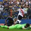 Logo Mollo y amigos en shock tras el gol de Pratto sacando del medio.