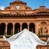 Logo Retiran los car carteles y mensajes de la casa rosada para Diego
