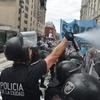 Logo Rafael Arbues, periodista de la TV Pública, con Federica Pais sobre la represión en el CCK