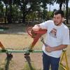 Logo Juan Carlos Cangiano un vecino que reparó múltiples plazas de la ciudad, charlando en La Perra Vida