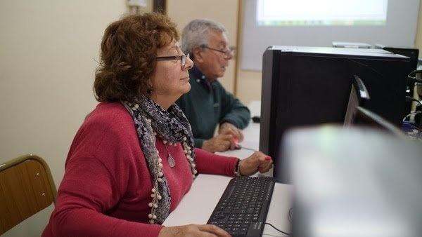 Adultos mayores estudiando